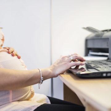Congedo obbligatorio, lavorare fino al nono mese di gravidanza non piace a tutti
